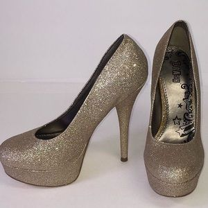 Sparkly light gold stiletto heel.